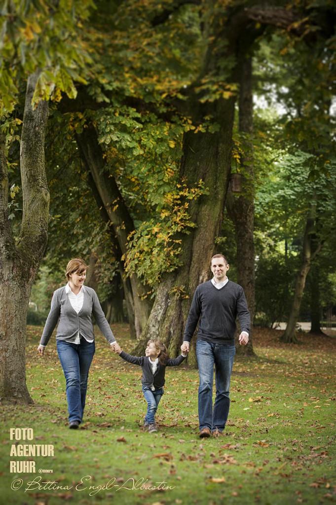 Familienbilder - Familie Denise & Daniel Hemmers mit Alea (3) im herbstlichen Stadtpark  - am Montag, den 12. Oktober 2015